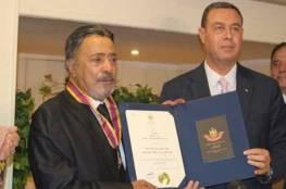 سفير فلسطين في القاهرة يُقلّد يوسف شعبان النجمة الكبرى من وسام الثقافة والفنون