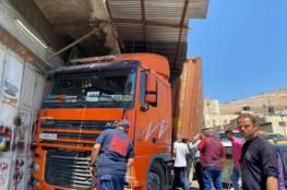 طواقم الانقاذ تتعامل مع حادثي سير في نابلس