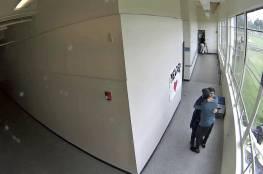 فيديو.. عناق يمنع طالبا من الانتحار بسلاح ناري في مدرسة أمريكية!