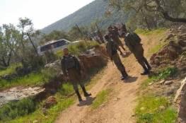 الاحتلال يلاحق المزارعين ويهدم غرفة زراعية في دير بلوط