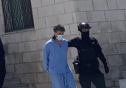 """أول ظهور له .. شاهد: كيف تم اقتياد الشريف حسن بن زيد لمحاكمته بـ""""قضية الفتنة""""؟"""