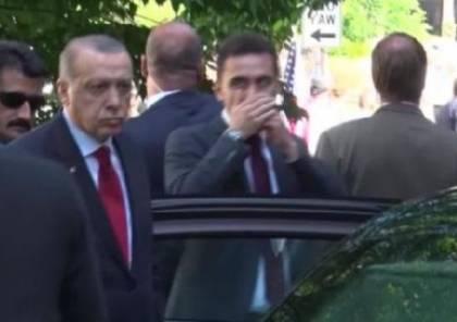 شاهد: أردوغان يراقب بنفسه اشتباك حرسه ومتظاهرين بواشنطن