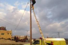 شاهد: الدفاع المدني يُنقذ قطة عالقة فوق عمود كهربائي شرق مدينة غزة