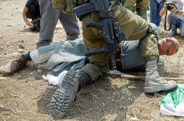 شاهد: قوات الاحتلال تعتدي على مسن وتطرحه أرضا بوحشية في طولكرم