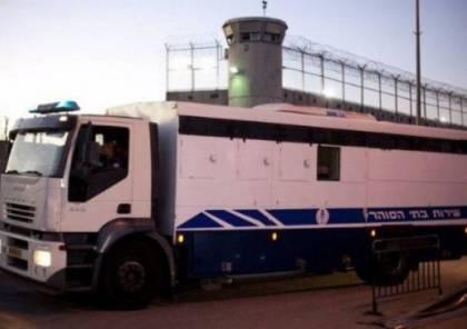 """الاحتلال ينقل 5 أسرى إلى """"عوفر"""" بعد عزل دام شهر في """"نيتسان الرملة"""""""