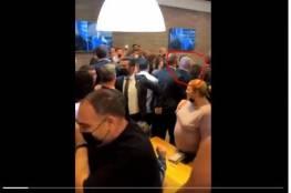 شاهد: لحظة هروب نتنياهو من إحدى قاعات بئر السبع بعد سقوط صاروخ غزة
