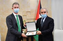 نيابة عن الرئيس.. اشتية يقلد سفير إيرلندا وسام نجمة القدس
