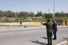مشغل اسرائيلي يسلم عاملاً عند مفترق حارس