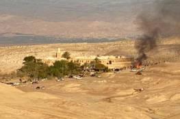 شبان يحرقون أثاث غرف فندقية بمقام النبي موسى