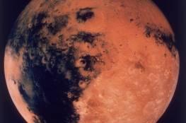 """شاهد: مركبة ناسا تلتقط صورة مثيرة لتآكل كثبان رملية """"متوهجة"""" في فوهة بركانية على المريخ"""