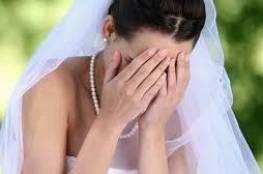 """عروس تدمر حفل زفافها بسبب """"رقصة العريس وأمه""""!"""