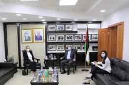 حسين الشيخ يستعرض تطورات الوضع السياسي مع سفيرة النرويج لدى فلسطين