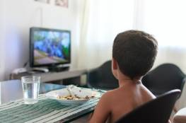التلفاز أثناء الطعام يؤثر سلبا على قدرات الطفل اللغوية