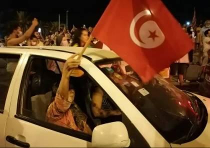 بعد قرارات سعيّد.. احتفالات في المدن التونسية وحرق مقار النهضة (صور وفيديو)