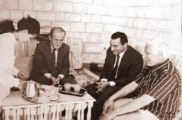 قصة صورة استقبال يوسف إدريس لمبارك والأسد بالشورت!