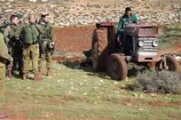 الاحتلال يستولي على جرافة جنوب الخليل