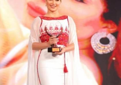 نسرين طافش تتسلم جائزة التميز بفستان من التراث الفلسطيني