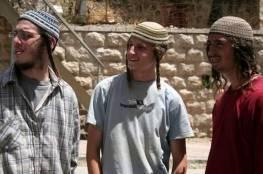 مستوطنون يعتدون على مسنة ونجليها بمخيم العروب