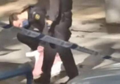 شاهد.. مجرم يحمل رأساً بشرية ويلقيها بجانب صندوق القمامة..!