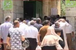 """توافد المصلين إلى """"الأقصى"""" لأداء الجمعة رغم تضييقات الاحتلال..فيديو"""