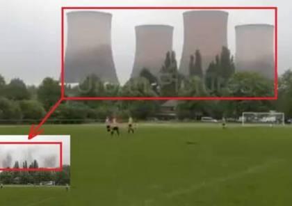 """شاهد: لحظة تفجير """"اختفاء"""" 4 أبراج تبريد ضخمة لمحطة كهرباء في بث مباشر لمباراة بكرة القدم"""
