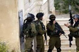 قوات الاحتلال تداهم عدة محال تجارية وتفتش منزلاً في الخليل