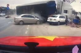 فيديو.. نجاة امرأة وطفلها من شاحنة مسرعة سحقت 3 سيارات!