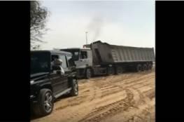 فيديو : ولي عهد دبي يساعد بسحب شاحنة من الرمال بسيارته الفارهة