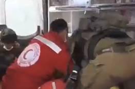 جنود الاحتلال تعتدي على أحد المصابين داخل سيارة اسعاف خلال المواجهات في الأغوار الشمالية