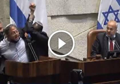 فيديو: إنزال عضو الكنيست المتطرف بن غفير عن منصة الكنيست بالقوة بطلب من الطيبي