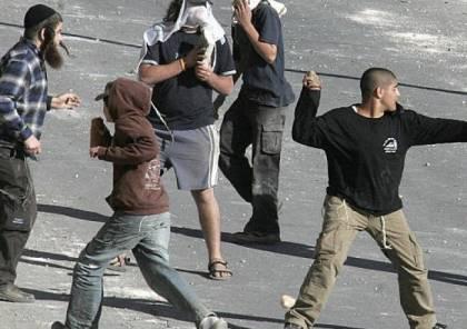 مستوطنون يعتدون على مواطن من المغير ويحطمون زجاج سيارته