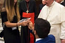 نائب فنزويلي يطلب يد صديقته أمام البابا فرنسيس