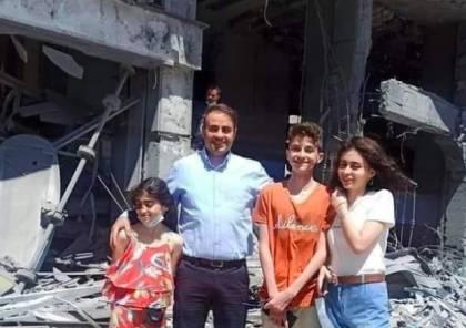"""عائلة أحد مالكي """"برج الجوهرة"""" في غزة تقف مبتسمة على أنقاضه: فداء للقدس"""