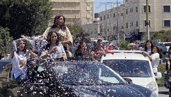 لحظة تلقي طلبة الثانوية العامة المتفوقين نتائجهم في فلسطين