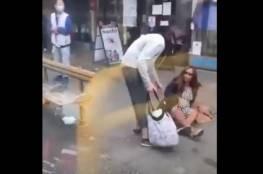 فيديو لرجل يدفع امرأة دون كمامة خارج حافلة بعد بصقها عليه