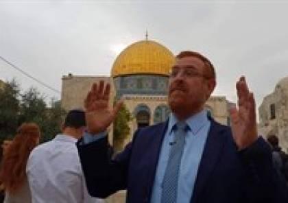 """المتطرف """"يهودا غليك"""" يؤدي طقوسا دينية على أبواب الاقصى"""