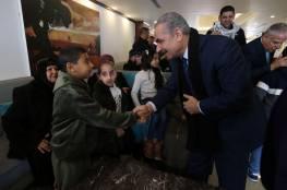 صور.. اشتية يلتقي أطفالا مرضى بالسرطان وذوي إعاقة من غزة