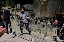 صور: الشبان المقدسيون يزيلون الحواجز الحديدة في باب العامود