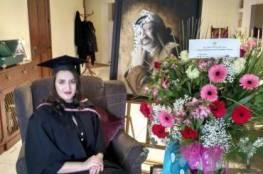 الرئيس يهنئ إبنة الشهيد الراحل عرفات بمناسبة تخرجها
