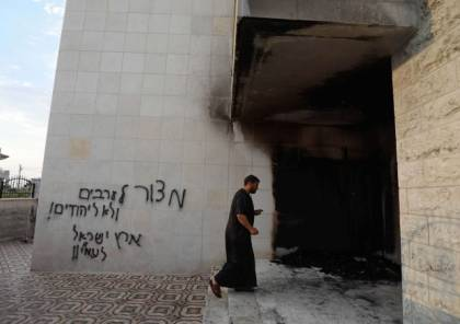 """بعد إحراق المسجد.. خطوا على جدرانه: """"أرض إسرائيل لشعبها وعلى الفلسطينيين أن يختفوا"""""""