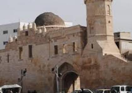 """رئيس بلدية خانيونس يعلق على المشهد""""المؤسف""""  للقمامة بمحيط القعلة الأثرية"""