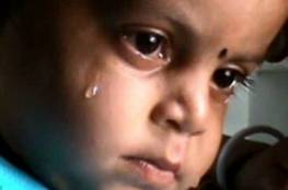 لم يدرك أنها ماتت.. فيديو مؤثر لطفل يرضع من جثة والدته الميتة