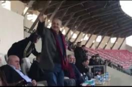 فيديو: خلال مباراة مع الهلال المقدسي: جمهور الوحدات يأمر الطيبي عدة مرات بالوقوف ..لماذا؟