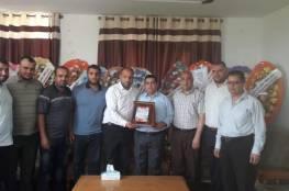 هنية يقدم الدعم لإعادة ترميم ملعب أهلي النصيرات المعشب