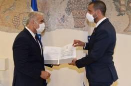 لبيد يستقبل السفير البحريني: آمل بزيارة المنامة قريبا