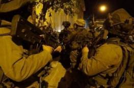 جنود الاحتلال يسحلون شابا بعد اصابته وسط الخليل (فيديو)