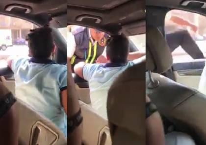 شاهد .. طفل مصري يقود سيارة يصدم رجل مرور ثم ماذا حدث ؟
