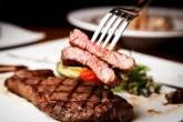 طبق من اللحوم الحمراء المدخنة يعادل تدخين 50 سيجارة