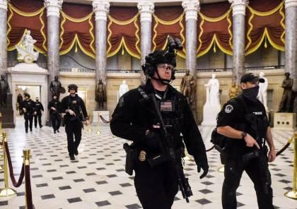 شاهد.. شرطة الكونغرس: إصابة اثنين من رجال الأمن بعد اختراق سيارة للسياج الأمني للمبنى