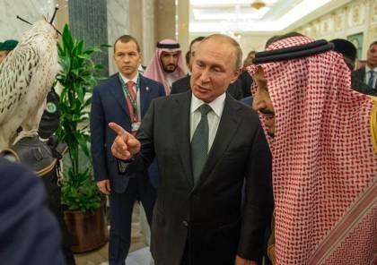 بوتين يهدي الملك سلمان صقرا روسيّا .. أعجب بخنجر (شاهد)